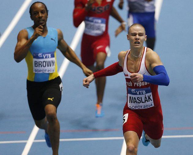 Pavel Maslák vyhrává závod na 400 metrů. Pro stříbro na HMS si doběhl Chris Brown (vlevo) z Baham.