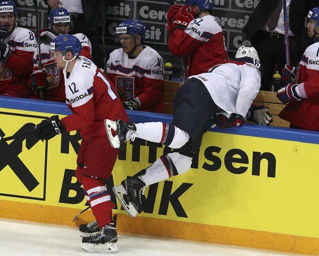 Američan Patrick Maroon přepadává na českou střídačku. Vlevo je útočník Radek Faksa.