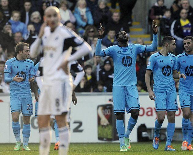Útočník Tottenhamu Emmanuel Adebayor (uprostřed) slaví gól na hřišti Swansea City.