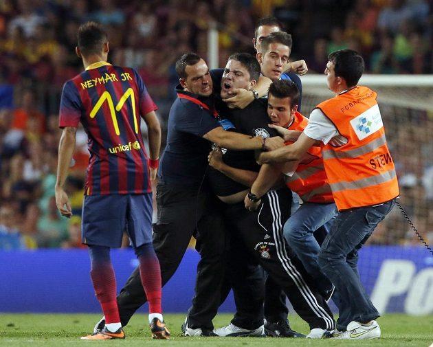 Neymar sleduje zběsilého fanouška, který se s ním přišel během zápasu osobně pozdravit.