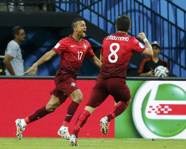 Portugalec Nani (vlevo) slaví se záložníkem Moutinhem gól proti USA.