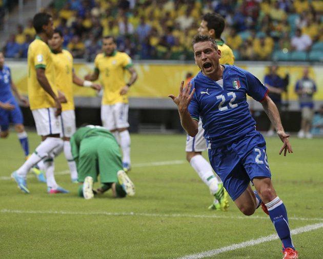 Ital Emanuele Giaccherini oslavuje svou trefu do sítě Brazílie.