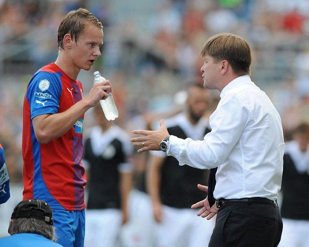 Plzeňský trenér Dušan Uhrin (vpravo) udílí pokyny Janu Chramostovi.
