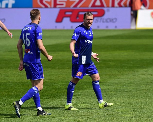 Zleva Ondřej Zmrzlý z Olomouce a Radim Breite z Olomouce v pohárovém čtvrtfinále se Slavií.