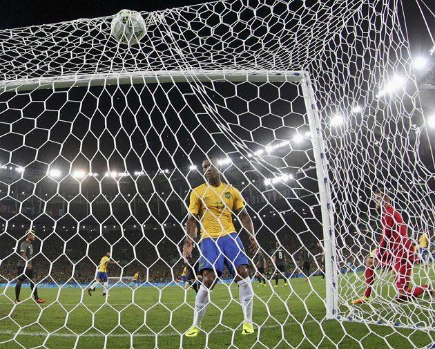 Míč je v síti. Brazílie vedla nad Německem ve finále brankou Neymara (není na snímku), přihlíží další Brazilec Walace. Vpravo brankář Timo Horn.