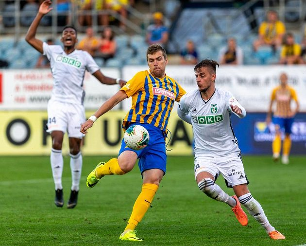 U míče zleva René Dedič z Opavy a Filip Twardzik z Karviné.