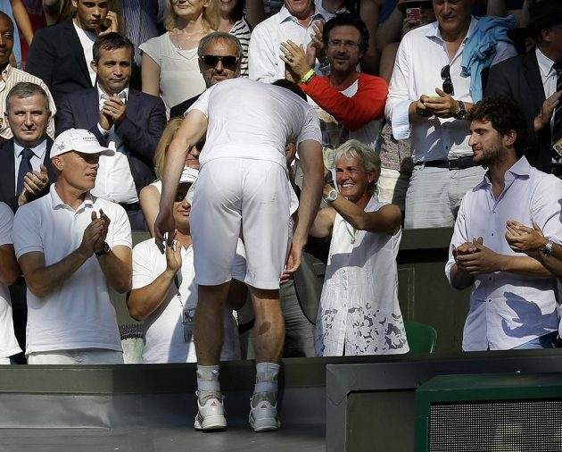 Andy Murray se chystá po vítězství nad Djokovičem obejmout maminku Judy (druhá zprava).