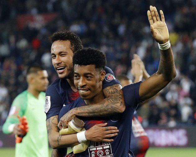 Hvězdný Brazilec Neymar slaví s fotbalisty PSG mistrovský titul ve Francii