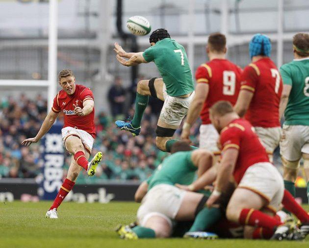 Rhys Priestland z Walesu při pokusu o drop gól proti Irsku.