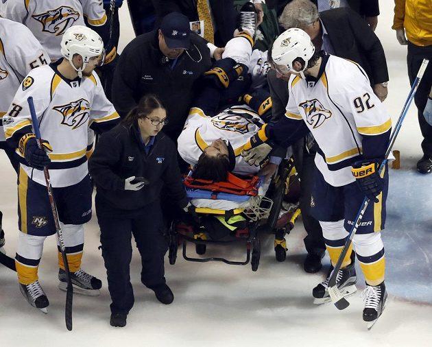 Útočníka Nashvillu Kevina Fialu (56) museli z ledu odvést na nosítkách.
