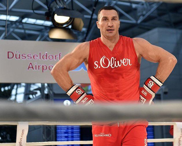 Boxerský šampión Vladimír Kličko na veřejném tréninku před zápasem v Düsseldorfu.