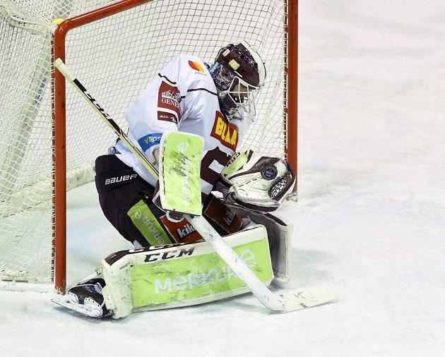 Brankář Sparty Matěj Machovský udržel na olomouckém ledě čisté konto.