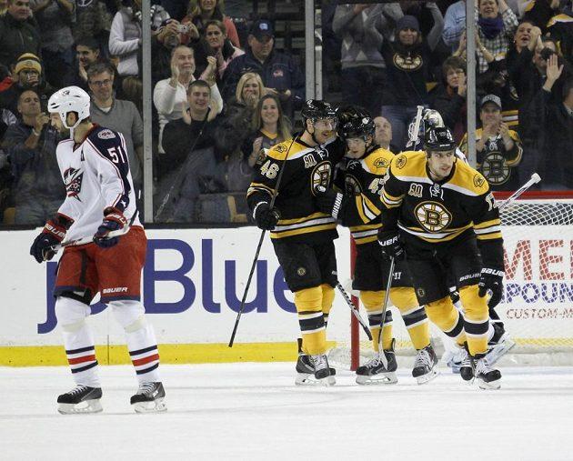 Bostonský David Krejčí (druhý zleva) se raduje z gólu do sítě Columbusu.