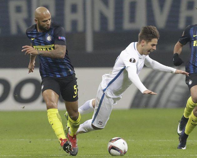 Záložník Interu Felipe Melo (vlevo) tvrdě srazil Aleše Čermáka ze Sparty.