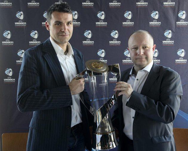 Mistr Evropy do 21 let z roku 2002 Michal Pospíšil a šéf organizačního výboru šampionátu Petr Fousek pózují s pohárem pro fotbalové mistry Evropy do 21 let.