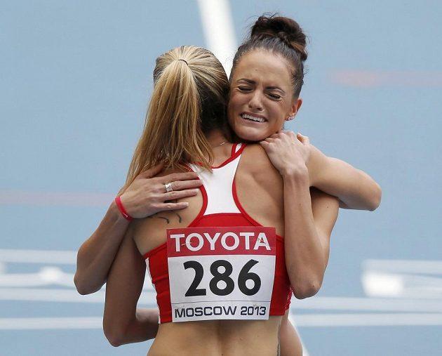 Denisa Rosolová se objímá s plačící Američankou Georganne Molineovou.
