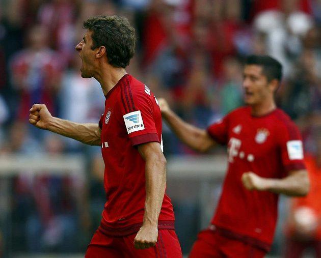 Thomas Müller se raduje z proměněné penalty. Sporný verdikt rozhodčích nakonec Bayernu pomohl k tříbodovému zisku.