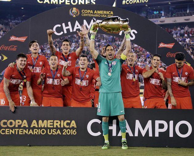 Chilský gólman Claudio Bravo s trofejí po výhře ve finále Copy América