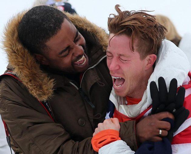 Zlatý medailista z U-rampy Shaun White (vpravo) z USA prožíval svůj olympijský triumf. V emocích slaví vedle svéhoho kamaráda Shauna Murdocha.