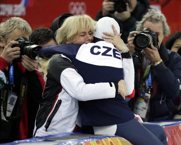 Rychlobruslařka Martina Sáblíková slaví zlatou olympijskou medaili se svou maminkou.