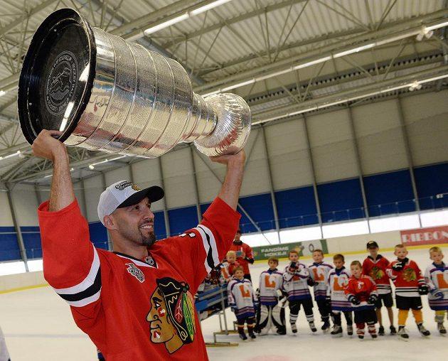 Hokejový obránce Michal Rozsíval pózuje se slavným hokejovým grálem.