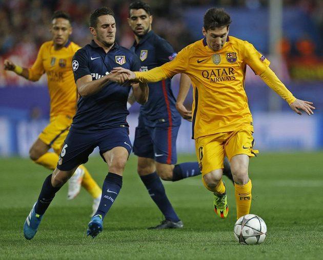 Lionel Messi (vpravo) z Barcelony a Koke z Atlétika v odvetě čtvrtfinále Ligy mistrů.