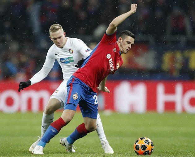 Plzeňský záložník Roman Procházka (vlevo) bojuje o míč se záložníkem CSKA Kristijanem Bistrovičem v utkání Ligy mistrů.