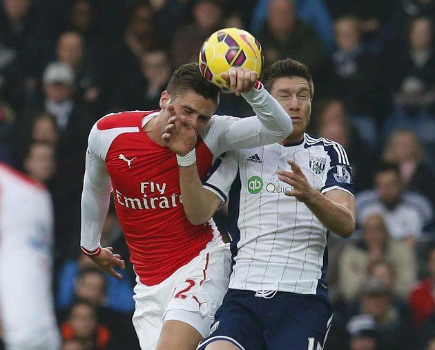 Sebastien Pocognoli z West Bromwich Albion (vpravo) bojuje o míč s Olivierem Giroudem z Arsenalu.