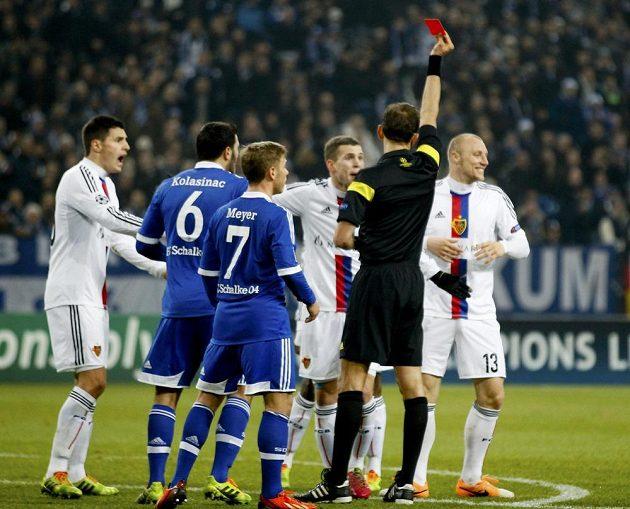 Sudí Paolo Tagliavento vylučuje fotbalistu Basileje Ivana Ivanova (vpravo) během utkání Ligy mistrů na hřišti Schalke.