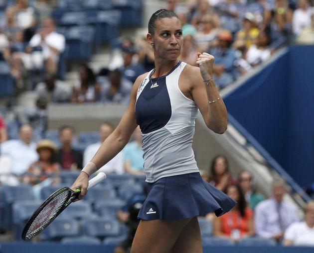 Italka Flavia Pennettaová jásá po vydařeném balónu v semifinále US Open proti Rumunce Simoně Halepové.