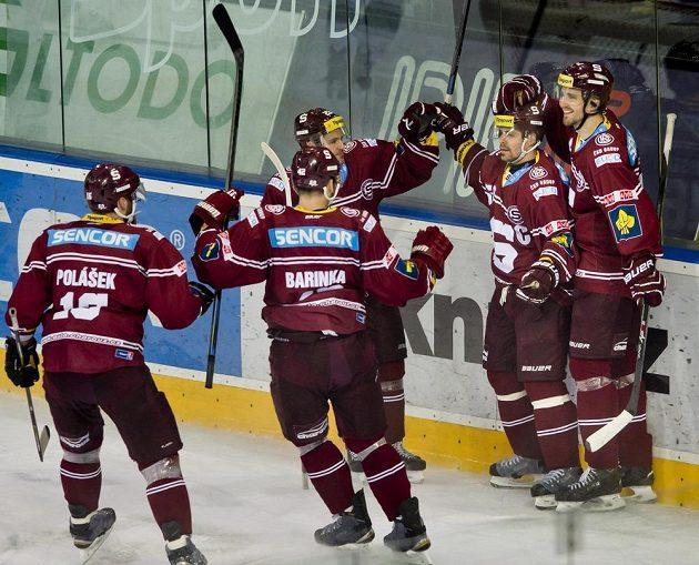 Hokejisté Sparty se radují z gólu Tomáše Rolinka (druhý zprava) proti Vítkovicím.