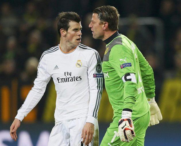 Gólman Dortmundu Roman Weidenfeller (vpravo) ve slovní roztržce s Garethem Balem z Realu Madrid v odvetě čtvrtfinále Ligy mistrů.