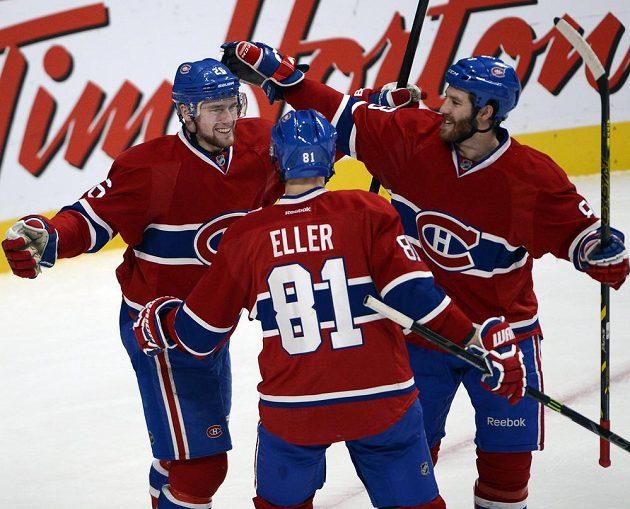 Montrealský útočník Jiří Sekáč (vlevo) slaví se spoluhráči Larsem Ellerem a Brandonem Prustem gól proti Bostonu.