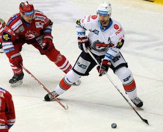Obránce Třince Josef Hrabal (vlevo) a chomutovský útočník Peter Ölvecký.