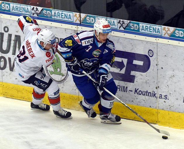 Chomutovský útočník Štěpán Hřebejk (vlevo) se snaží dostihnout útočníka Komety Jana Hrušku.