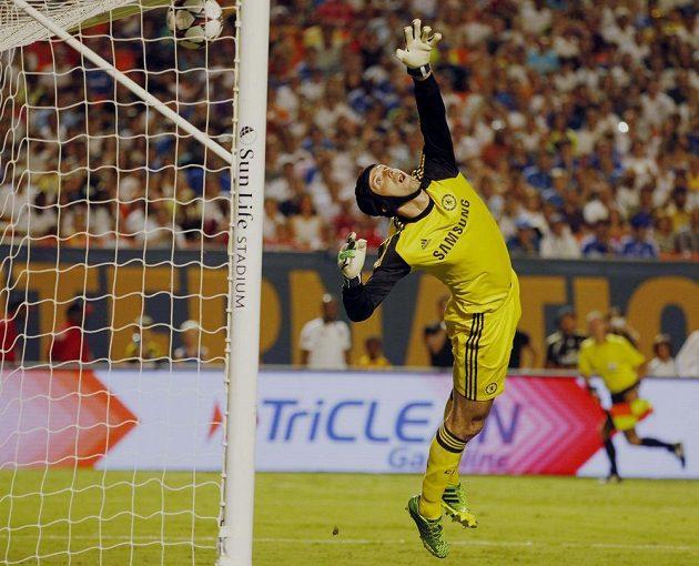 Brankář Chelsea Petr Čech (na snímku) inkasuje gól z přímého volného kopu, který rozehrál Cristiano Ronaldo. Real Madrid nakonec zvítězil 3:1.
