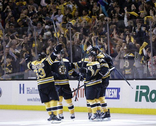 Hokejisté Bostonu oslavují McQuaidovu rozhodující trefu ve čtvrtém semifinále play off NHL proti Pittsburghu.