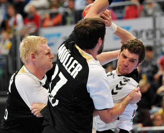 Český reprezentant Ondřej Zdráhala (vpravo) se probíjí přes německou obranu v přípravném duelu na MS.