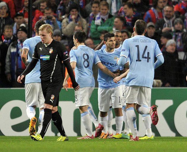 Útočník Manchesteru City Sergio Agüero (čtvrtý zleva) se raduje se spoluhráči z gólu do sítě Plzně. Vpředu zklamaný František Rajtoral z Plzně.