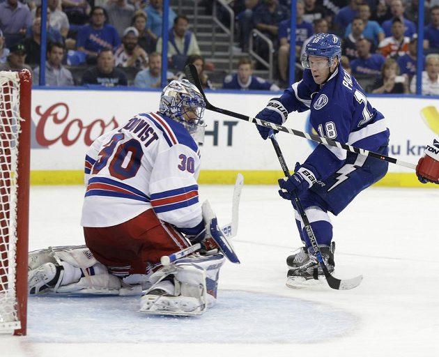 Ondřej Palát (18) z Tampy takhle ve druhé třetině třetího semifinále NHL překonal gólmana New York Rangers Henrika Lundqvista (30).