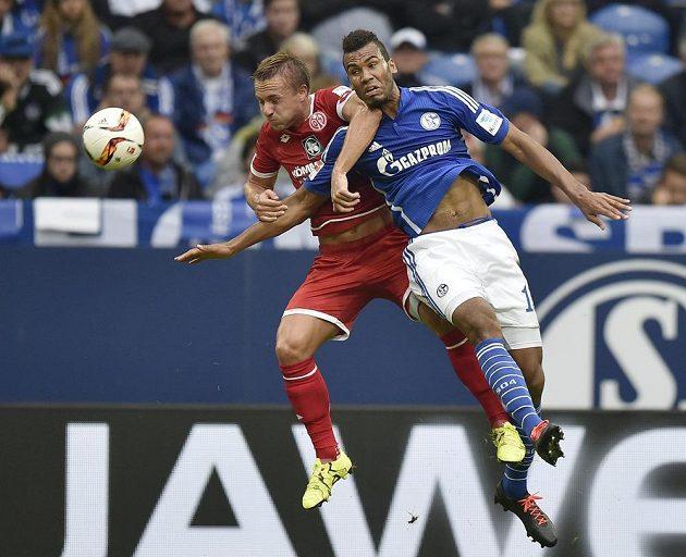Mohučský Pierre Bengtsson (vlevo) a Eric Maxim Choupo-Moting z Schalke.