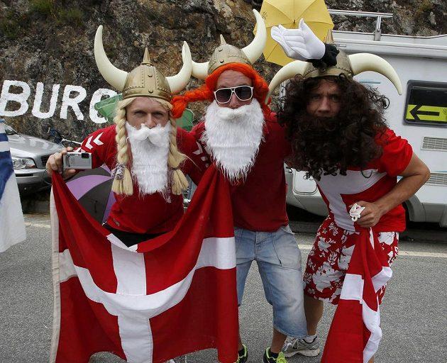 Příznivci cyklistiky si Tour de France užívají. Tady jsou dánští fanoušci.