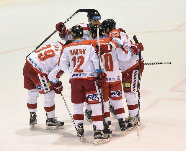 Hráči Olomouce se radují z druhého gólu proti Zlínu.