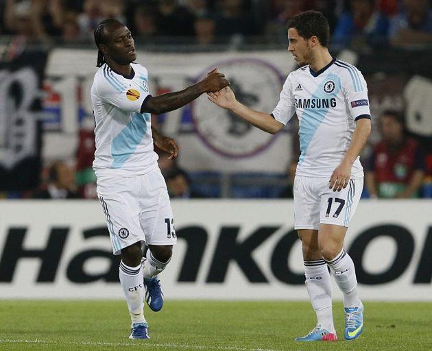 Victoru Mosesovi (vlevo), střelci úvodní branky Chelsea, gratuluje spoluhráč Eden Hazard.