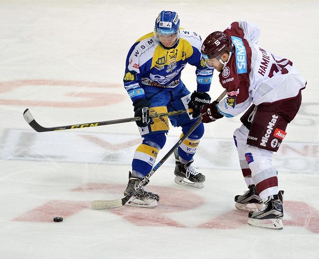 Robert Říčka ze Zlína (vlevo) a sparťanský útočník Curtis Hamilton v dohrávce 15. kola hokejové Tipsport extraligy.