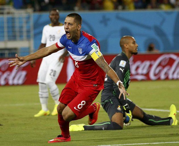 Americký útočník Clint Dempsey (vpředu) slaví gól proti Ghaně.