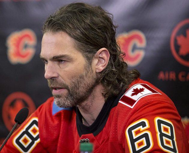 Jaromír Jágr v dresu Calgary po podpisu smlouvy.