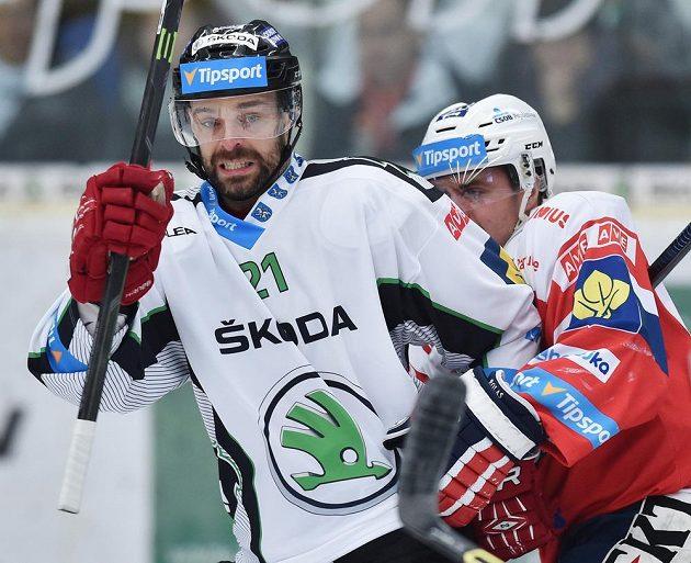 Útočník Boleslavi Jakub Klepiš (vlevo) bojuje s Tomášem Rolinkem z Pardubic.