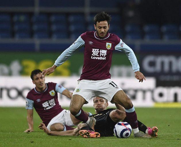 Dwight McNeil (11) z Burnley a Tomáš Souček z West Hamu.
