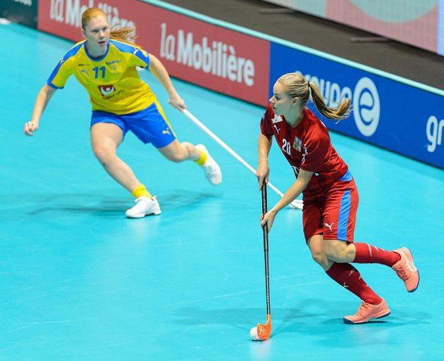 Johanna Hultgrenová ze Švédska a Kamila Paloncyová z ČR v akci během utkání mistrovství světa florbalistek.